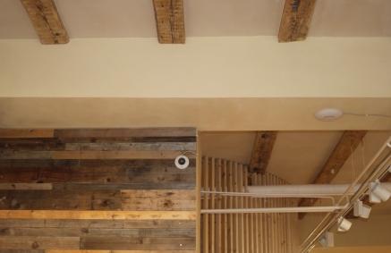Altholzwand-Unterzug-Decke-Holzlattung