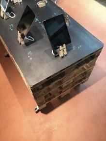 05 Palettenmöbel mit roher Stahlplatte